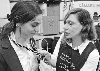 Fernanda (E) e Sofia reagem de forma bem-humorada à proposta