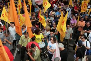 Luciana Genro em meio aos manifestantes (Débora Birck)