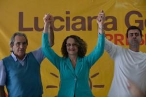 Luciana Genro entre Jorge Paes e o deputado estadual do Rio, Marcelo Freixo, na convenção em que foi escolhida como candidata do PSOL. Foto de Fabio Rodrigues Pozzebom/Agência Brasil