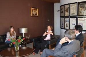 Luciana com seus assessores em visita à Folha.