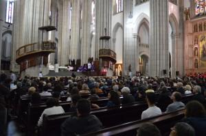 Centenas de pessoas compareceram a missa em memória de Plínio de Arruda Sampaio na Catedral da Sé.