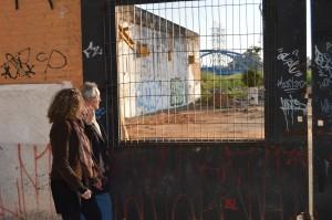 Horácio Neto mostra para Luciana Genro o terreno contaminado da desativada Indústria Matarazzo em São Caetano