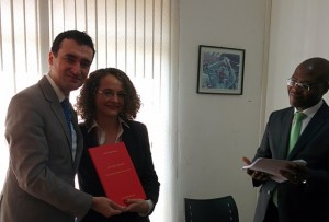 Luciana recebe de Alysson Mascaro a Carta sobre o Socialismo.