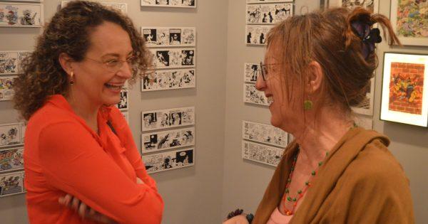 Luciana Genro visita mostra em homenagem à cartunista Laerte