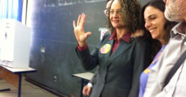 """""""Nossa campanha já é vitoriosa"""", afirma Luciana Genro, ao votar em Porto Alegre"""