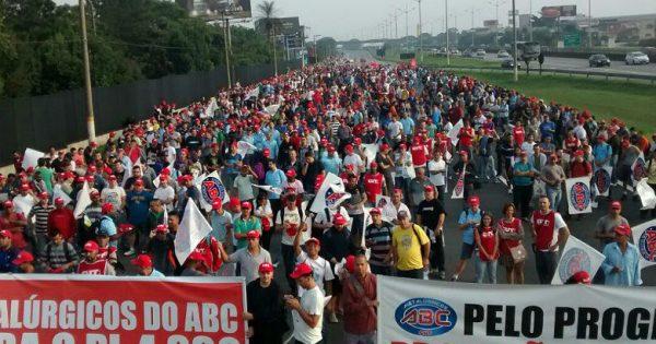 Milhares de trabalhadores paralisam atividades em São Paulo contra PL das Terceirizações