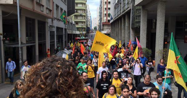 Servidores do RS realizam ato contra atraso no pagamento dos salários