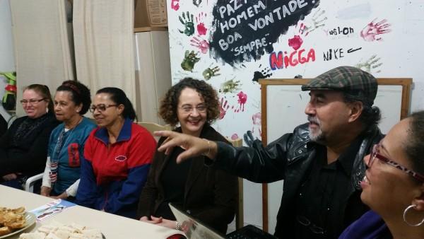 Luciana Genro foi recebida pelo presidente da Amorb, Cleosi da Rosa, e demais lideranças comunitárias | Foto: Divulgação/PSOL