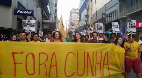 Atos pelo #ForaCunha se multiplicaram pelo Brasil em 2015 (na foto, manifestação em Porto Alegre no dia 27 de outubro)