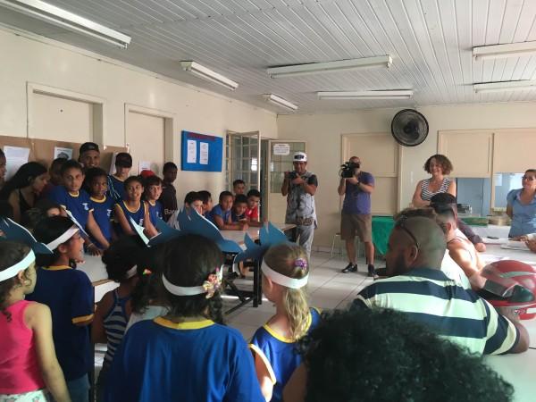 Crianças da comunidade fizeram uma homenagem durante visita de Luciana Genro à Amorb