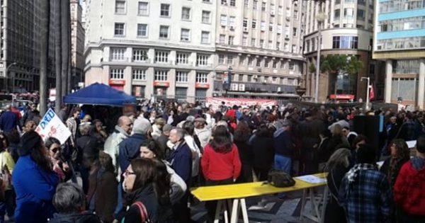 Municipários protestam em frente à prefeitura