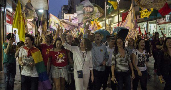 Militantes e apoiadores caminham com Luciana Genro e Pedro Ruas pelo Centro de Porto Alegre