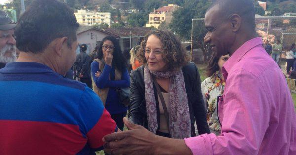 Luciana Genro visita o bairro Jardim Carvalho com Hermes Araújo