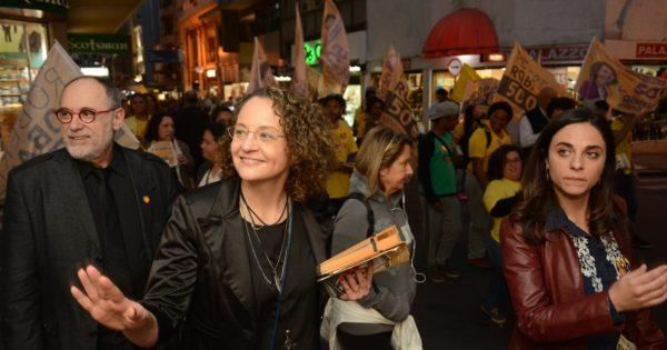 Luciana Genro e Pedro Ruas dialogam com a população em caminhada no Centro