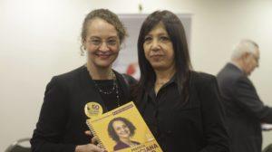 Vice-presidente do SIMERS, Dra. Maria Rita, recebeu cópia do plano de governo.