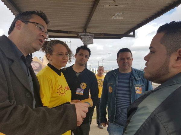Logo de manhã, Luciana dialogou com trabalhadores na Restinga | Foto: Alvaro Andrade/PSOL