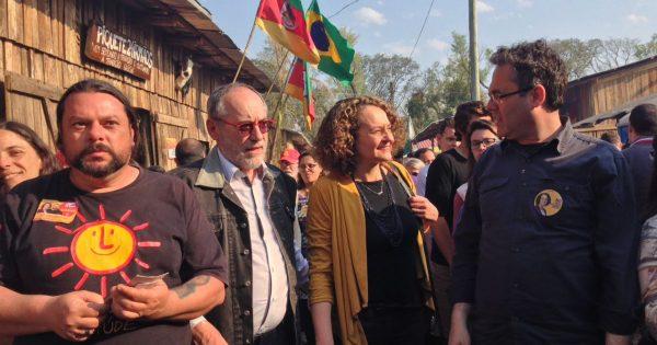 Luciana recebe apoio de eleitores em visita ao Acampamento Farroupilha