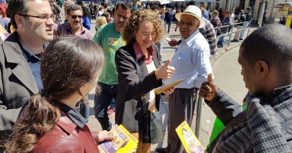 Luciana Genro e candidatos a vereador fazem campanha no Centro