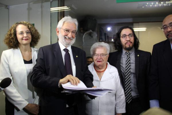 Foto: Luciana Genro e os deputados do PSOL, junto com o presidente nacional do partido, protocolaram pedido de impeachment de Temer nesta segunda-feira (28/12)