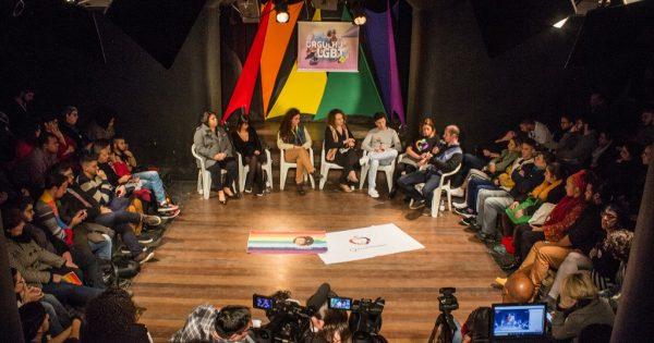 Arena LGBT tem noite de debate com falas de luta e emoção