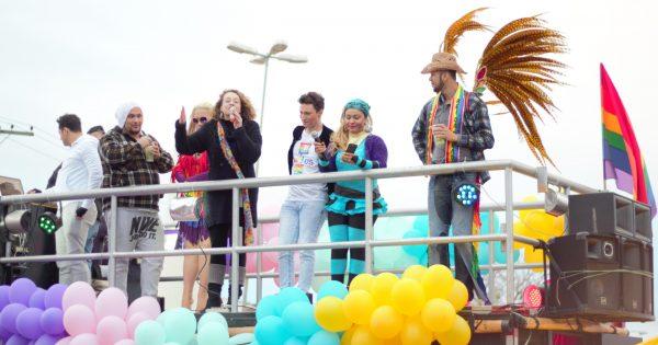 1ª Parada LGBTinga lota a Esplanada e celebra a diversidade na Restinga