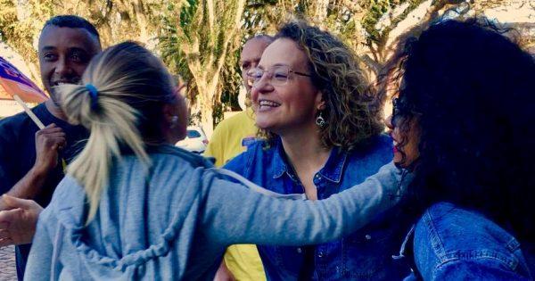 Luciana Genro faz panfletagem e visita associação em Cachoeira do Sul
