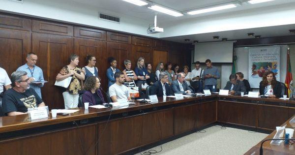 Escolas abertas, atraso de salários no IPA e fechamento da escola Alberto Bins pautam reunião da comissão de Educação