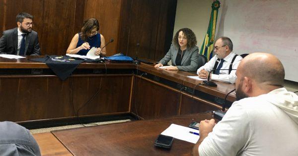 Deputada Luciana Genro participa de encontro contra as privatizações com servidores estaduais