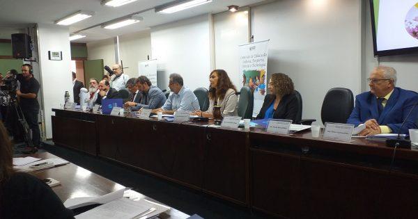 Na Comissão de Educação, Luciana Genro aborda o fechamento sem critérios de escolas no RS