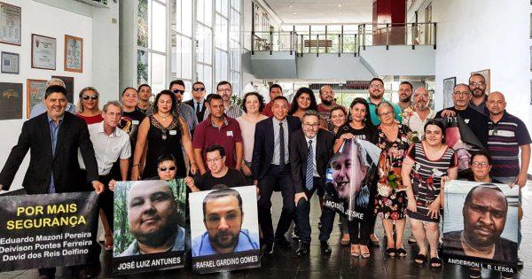 Vereador Roberto Robaina homenageia familiares de motoristas de aplicativos mortos