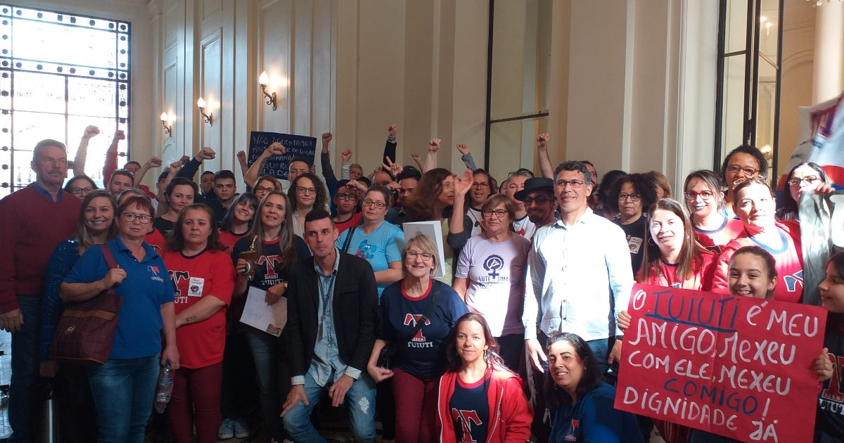 Professores, alunos e pais em mobilização no Palácio Piratini | Foto: Juliana Almeida