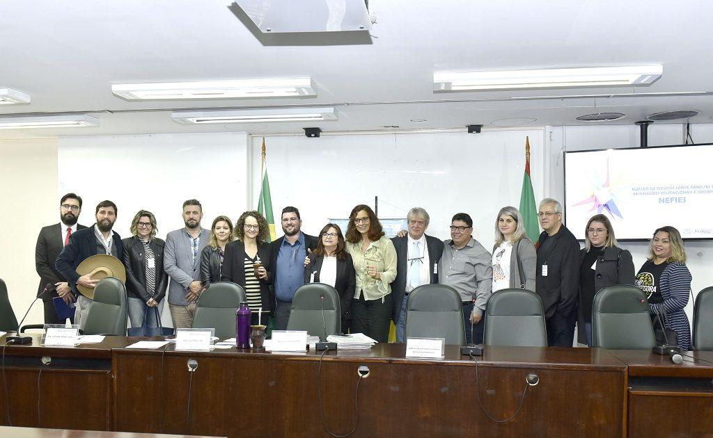 Sindicato dos professores, vereadores e representantes da prefeitura de Novo Hamburgo participaram de reunião da Comissão de Educação