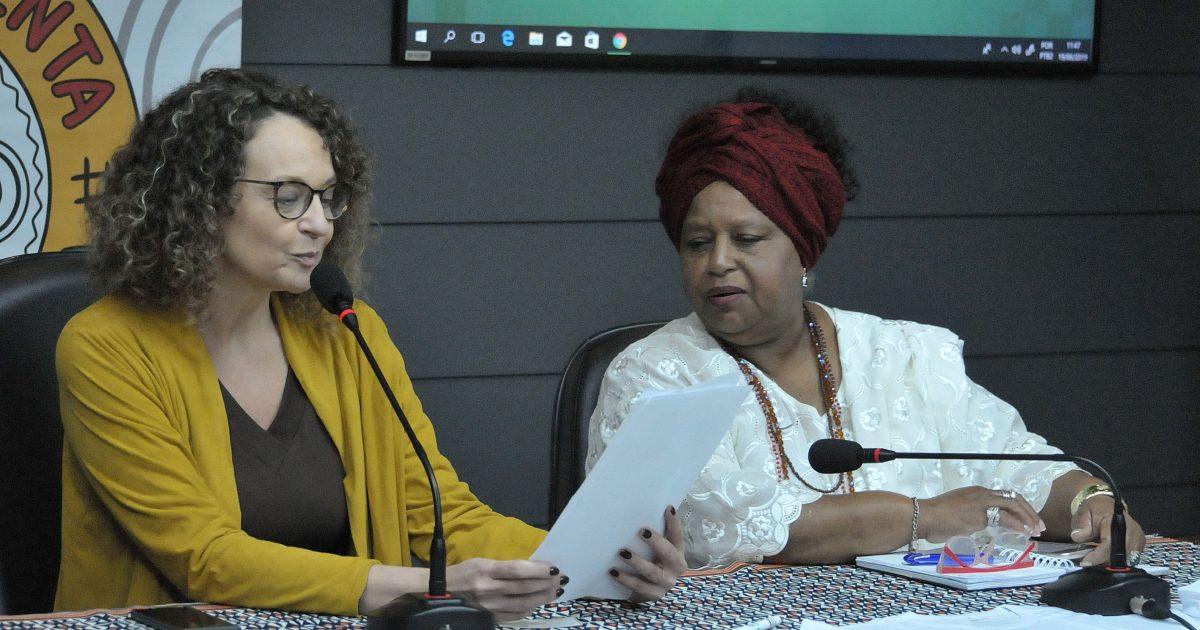 Deputada Luciana Genro e Iyá  Vera Soares na reinstalação da Frente Parlamentar em Defesa dos Povos Tradicionais de Matriz Africana. Foto: Celso Bender | Assembleia Legislativa