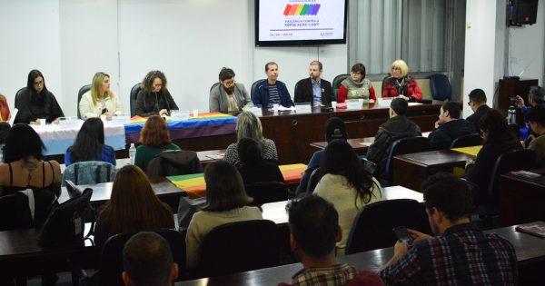 Homenagem a travesti, exposição de fotos e debate sobre violência marcam atividades em defesa da população LGBT na Assembleia Legislativa