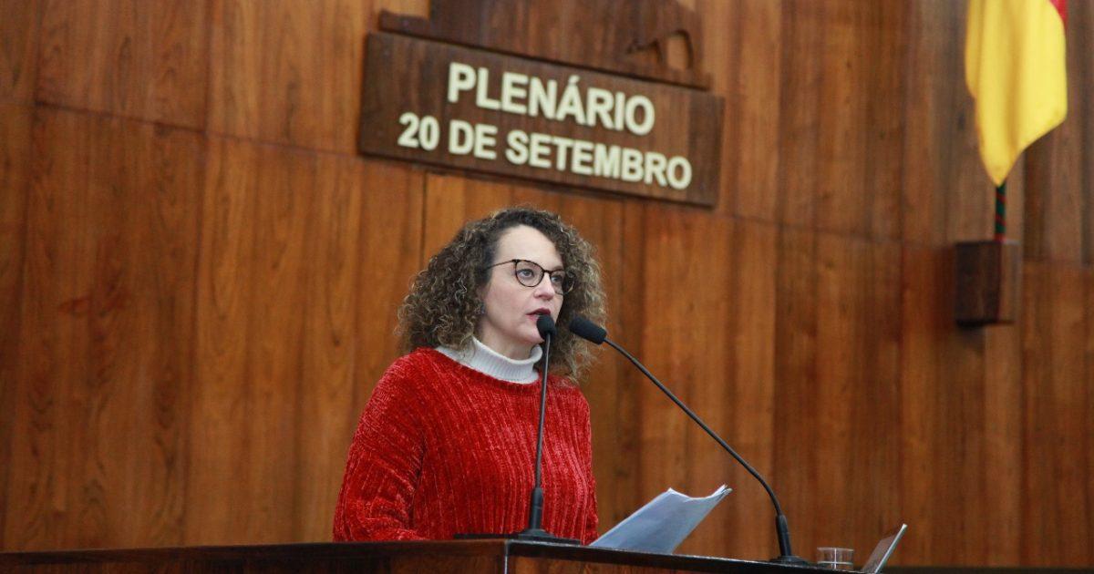 Deputada Luciana Genro em pronunciamento contra os ataques do governador Eduardo Leite na votação da Lei de Diretrizes Orçamentárias | Foto: Vanessa Vargas
