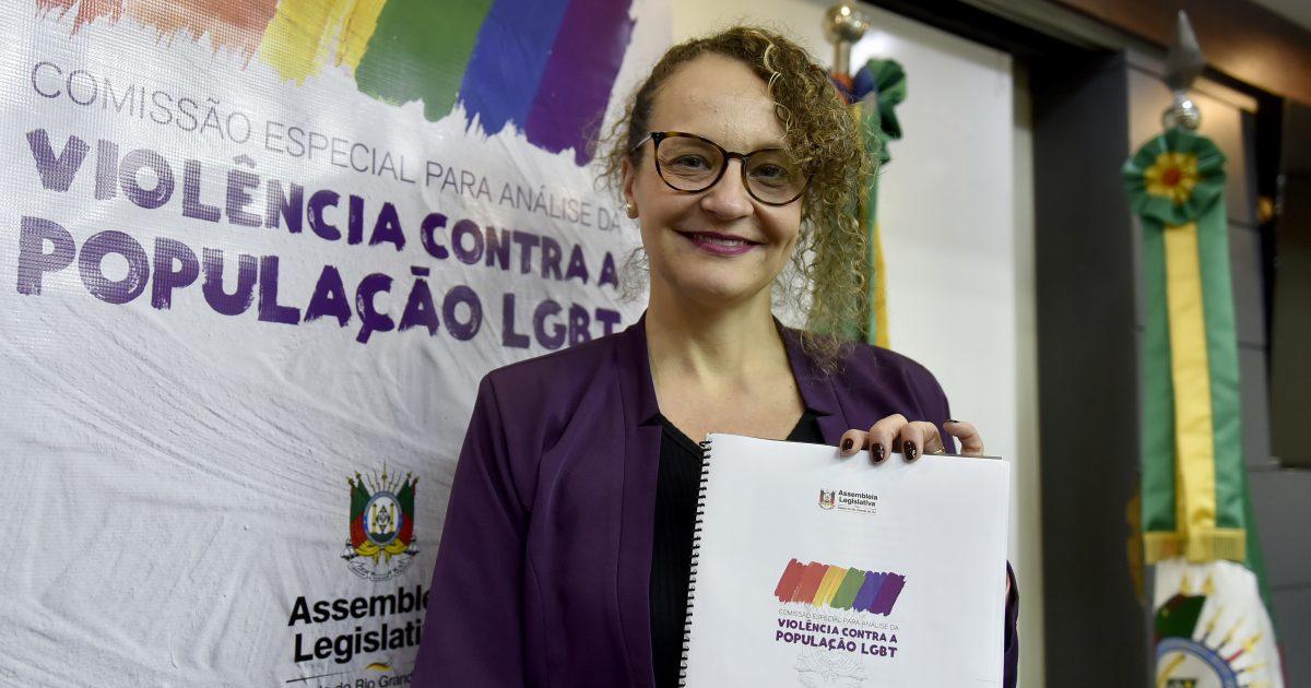 Comissão LGBT, presidida pela deputada Luciana Genro, aprovou relatório final com 38 propostas no dia 06/08. | Foto: Guerreiro/Agência ALRS