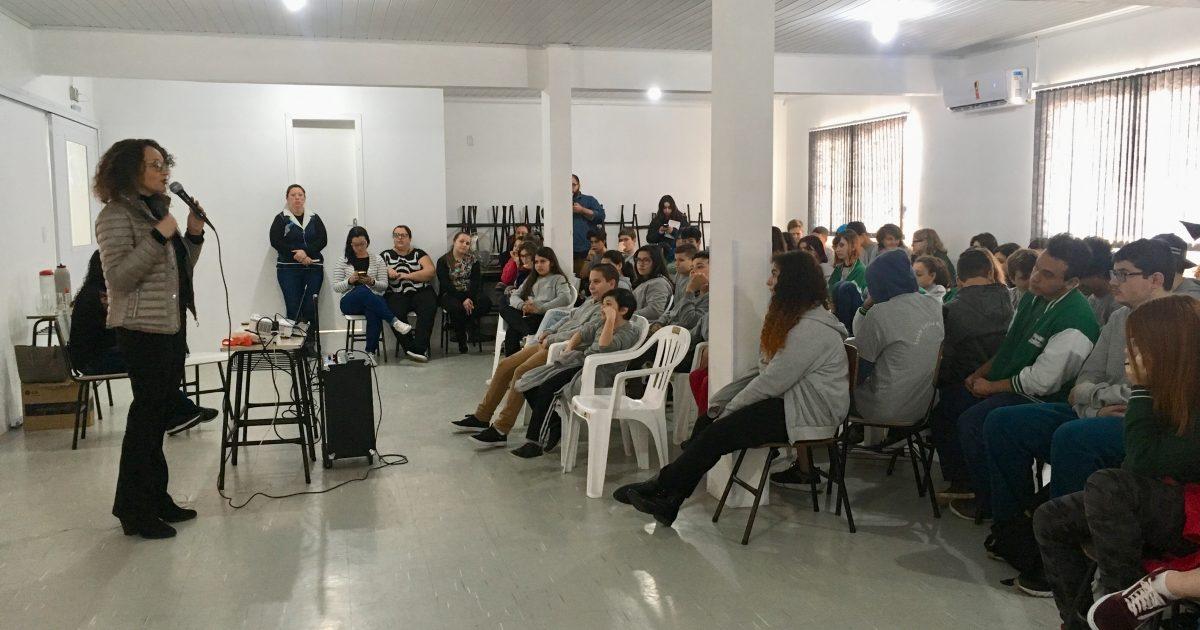 Luciana Genro em aula da Emancipa Mulher em Eldorado do Sul