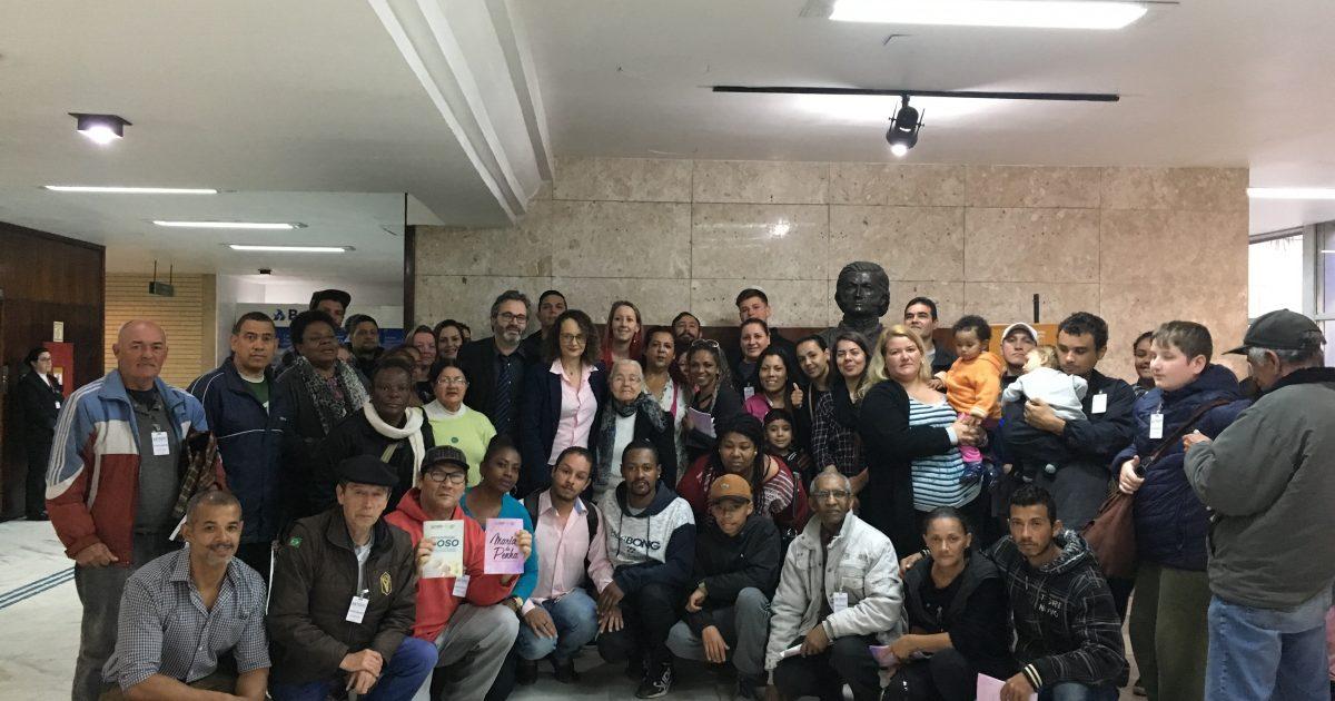 Moradores da ocupação Babilônia se reuniram com Luciana Genro e Roberto Robaina para articular apoio contra despejo. | Foto: Samir Oliveira