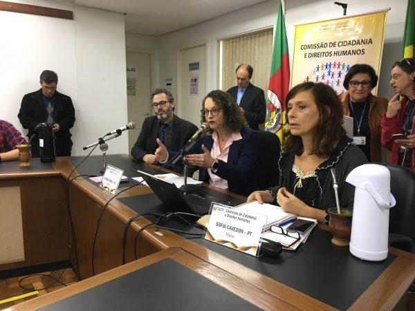 Deputada Luciana Genro e vereador Roberto Robaina garantiram apoio jurídico da Comissão de Direitos Humanos aos moradores. | Foto: Samir Oliveira