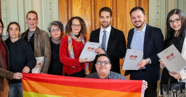 Luciana Genro entrega relatório da Comissão LGBT ao governador Eduardo Leite
