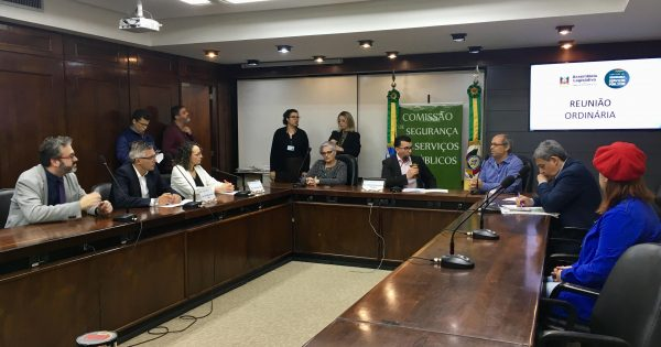 Deputada Luciana Genro lidera mobilização na Assembleia Legislativa em apoio aos servidores do Imesf