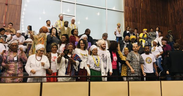 Deputada Luciana Genro entrega medalha a Yalorixá Iyá Vera Soares de Oyá Ladjá
