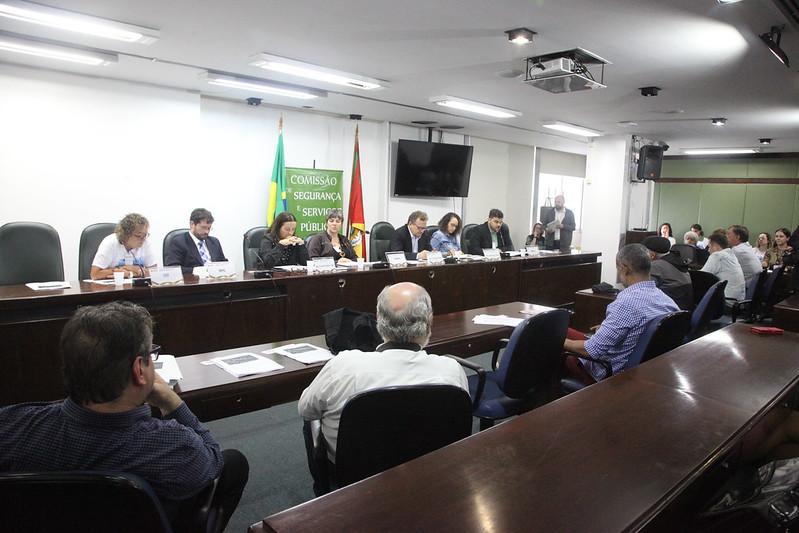 Tema das fundações é acompanhado pela deputada Luciana Genro (PSOL), pelo deputado Luiz Fernando Mainardi (PT) e pela equipe da deputada Juliana Brizola   Foto: Joaquim Moura