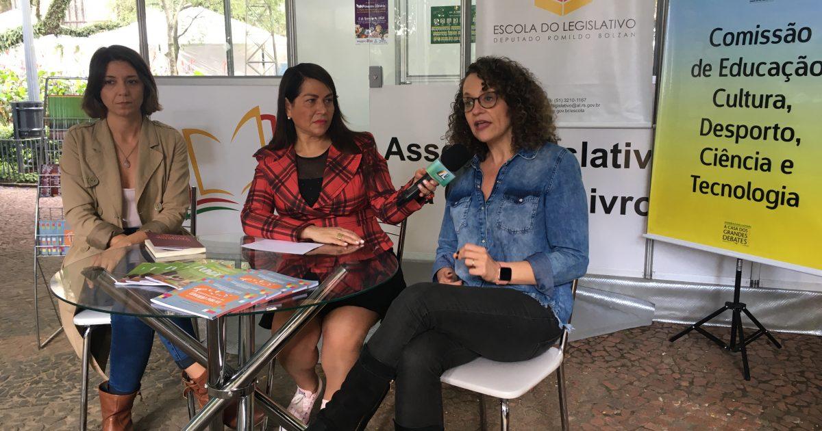 Entrevista fez parte de atividades da Comissão de Educação, da qual a deputada Luciana Genro faz parte, na Feira do Livro de Porto Alegre | Foto: Juliana Almeida
