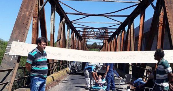 Agricultores de Piratini paralisam Ponte do Costa para exigir conclusão da obra