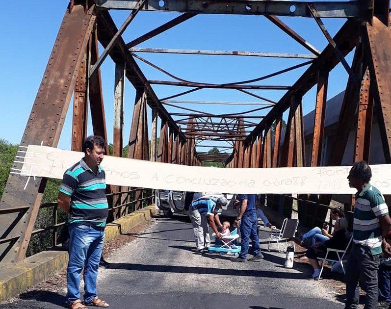 Ponte do Costa foi paralisada nesta sexta-feira (29/11) em protesto por causa da parada das obras | Foto: Pedro Stein