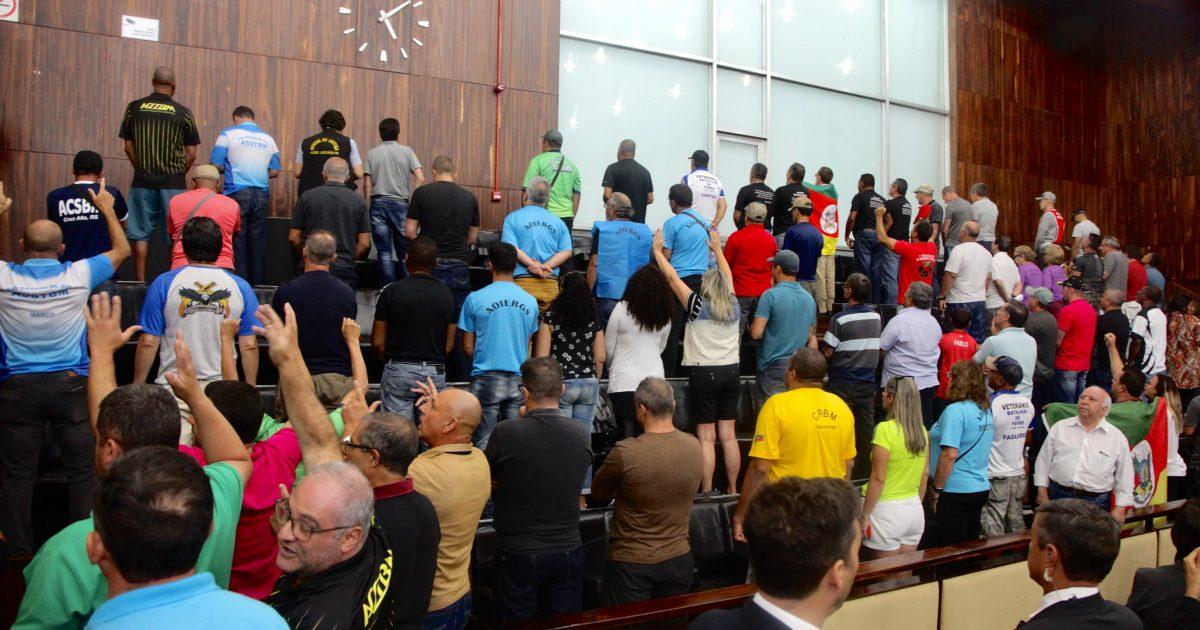 Bombeiros, policiais militares e familiares fizeram protesto durante votação no plenário | Foto: Joaquim Moura