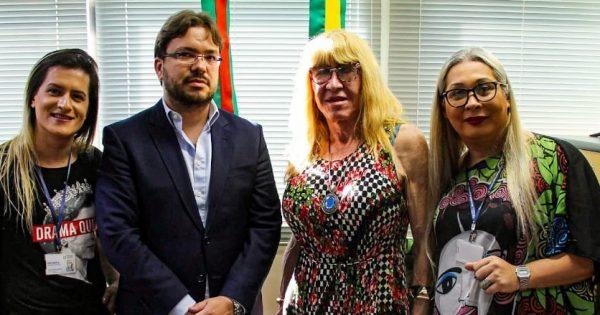 """Mandato de Luciana Genro e movimento trans se reúnem com presidente do CREMERS para pedir apuração de médica que fala em """"epidemia de transgêneros"""""""