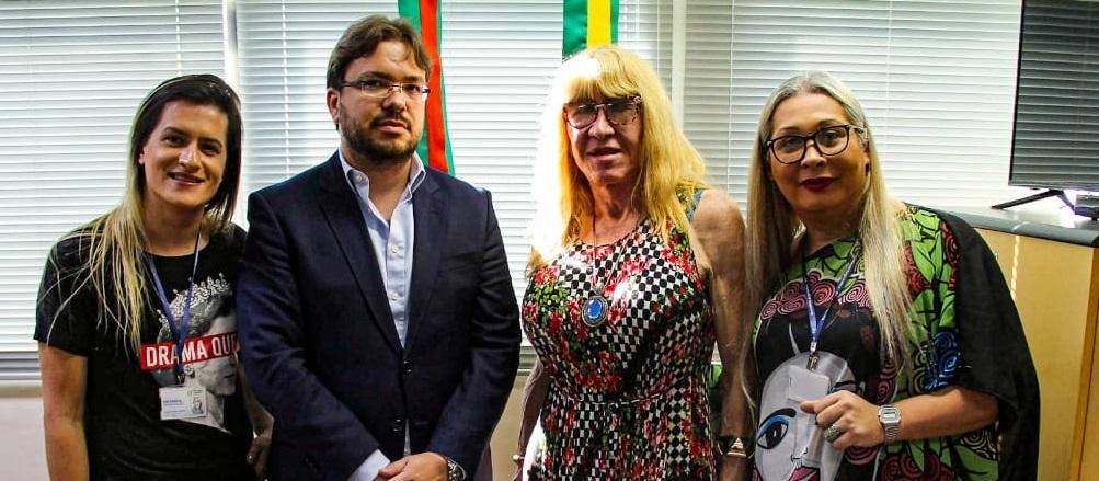 Natasha Ferreira (esquerda) representou o mandato de Luciana Genro em reunião com o presidente do Cremers. | Foto: Mateus Luan