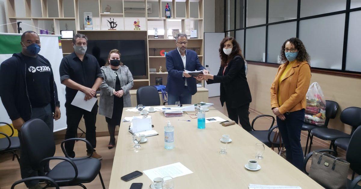 Deputada Luciana Genro e demais deputados da Comissão da Educação em reunião com o secretário Faisal Karam | Foto: Marta Resing
